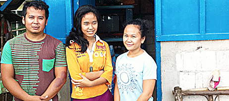A Philippine family helped by ShelterBox.